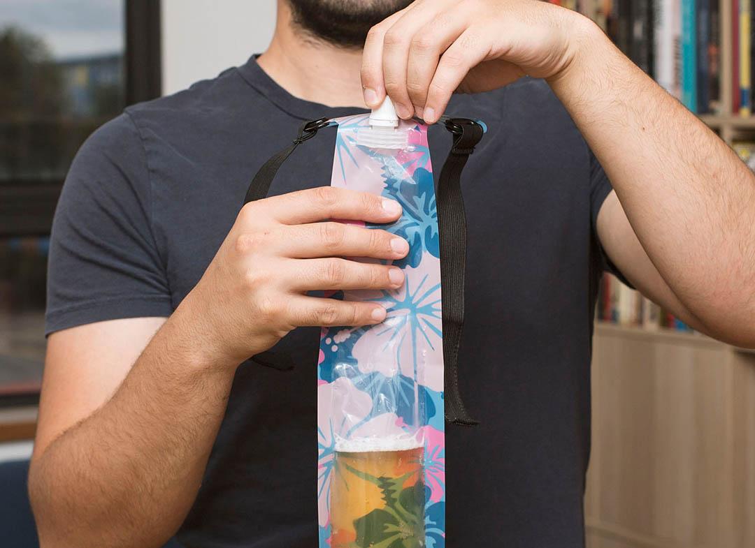 Cravata cu recipient pentru bere